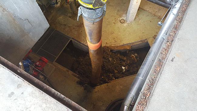excavatrice-aspiratrice_egout_canalisation_regard_02